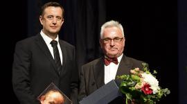 zleva předávající náměstek hejtmana Petr Vrána, zprava oceněný Karel Kavička
